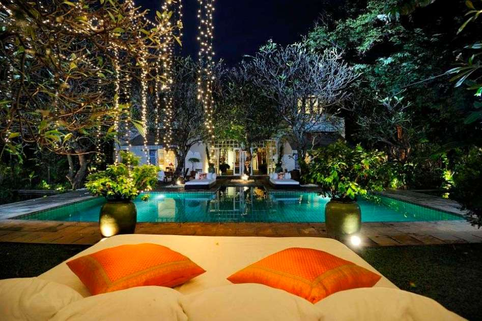 A plush résidence pool area in the center of Bangkok