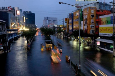 The Central Latprao Junction. The largest traffic circle of the northern part of Bnagkok getting by the water. Over Payonyothin road as the night come in.