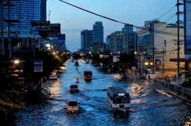 The main avenue of northern Bangkok are transformed as rivers. Traffic is made of trucks, somes buses and boats. As night fall on Payonyothine avenue.