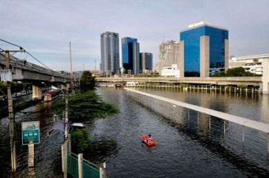 Boating your way in a city usually awashed with cars…Payonyothin road near Chatuchak, below the elevated train station.