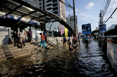 In the area of Payonyothin and Latprao roads, commuting in water clogs major street is time consuming. Althought the underground and the elevated trains sysms are still working, once you get at the stations, the hardship starts. Exit of an Metro station.