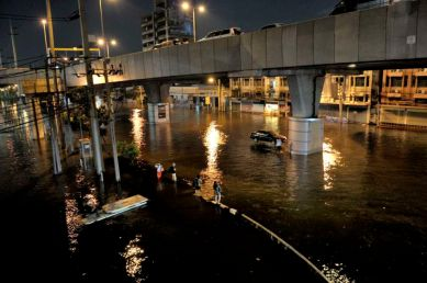 In the area of Payonyothin and Latprao roads, commuting in water clogs major street is time consuming. Althought the underground and the elevated trains sysms are still working, once you get at the stations, the hardship starts. Waiting for a ride home.